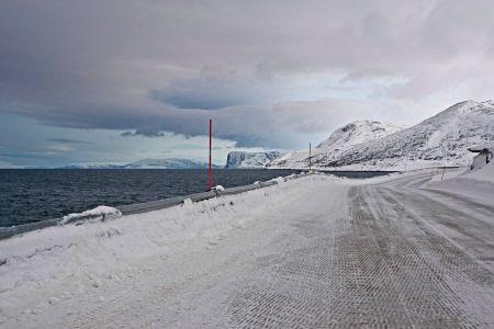 Küstenstrasse am norwegischen Fijord entlang