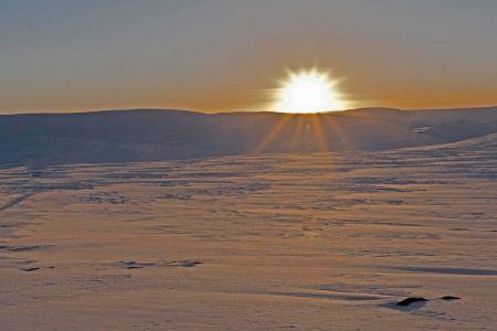 Tiefstehende Sonne über nördlichen Horizont