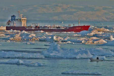 Der Tanker  ORATANK  versorgt Ilulissat jährlich zweimal mit Treibstoff