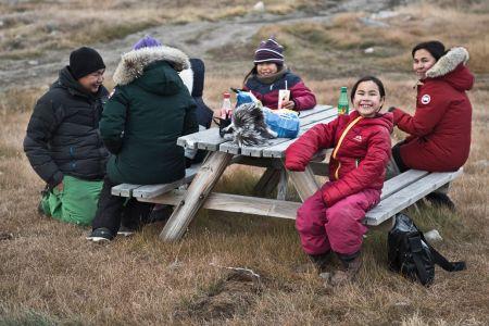 Inuit Familie beim Picknick